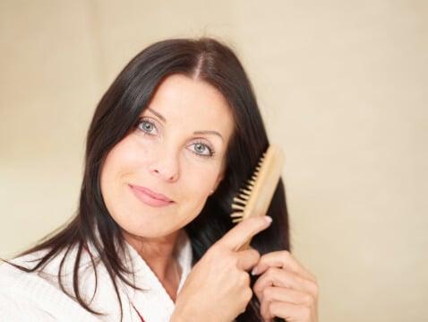 Bruenette-buerstet-Haare.jpg